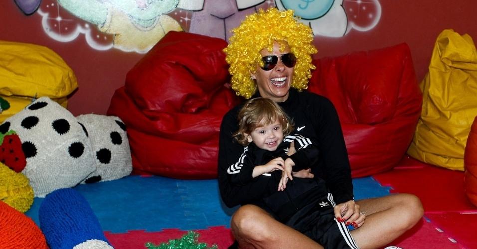Adriane Galisteu (de peruca) e o filho Vittorio brincam durante viagem para resort no Guarujá. O menino, que completa dois anos neste sábado (4), é fruto da relação da apresentadora com o empresário Alexandre Iódice (3/8/2012)