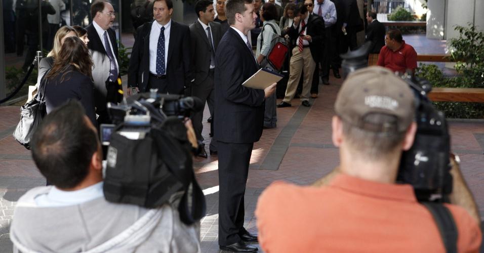 Além dos desenhos de cenas do julgamento, algumas fotos dão ideia de como o assunto tem movimentado o tribunal federal na Califórnia. Diariamente, dezenas de pessoas aguardam em fila do lado de fora da Corte Robert F. Peckham para assistir ao julgamento da Apple vs Samsung