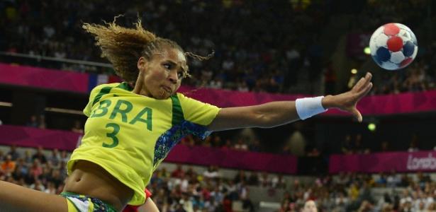 """Alexandra Nascimento """"flutua"""" para dar passe durante a partida entre Brasil e Rússia"""