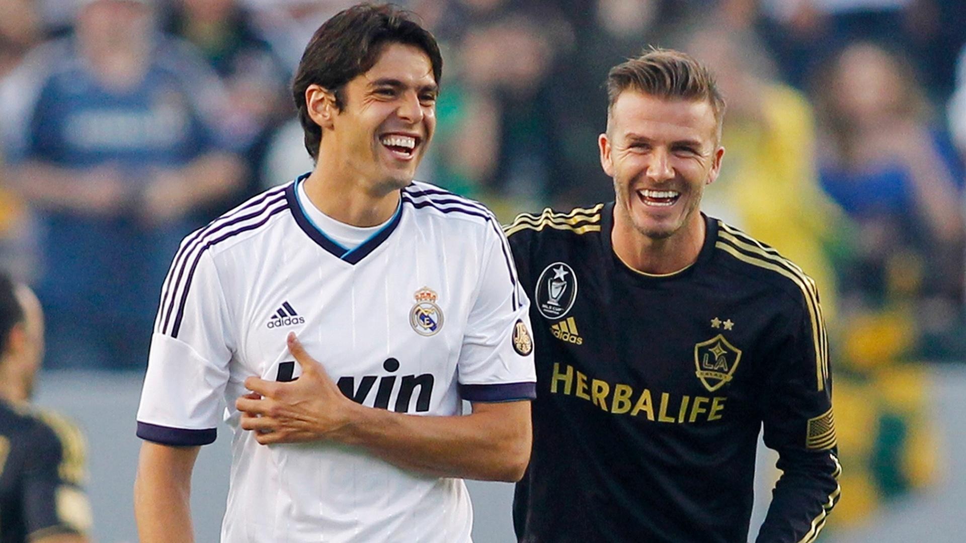 Antes da partida, o astro inglês David Beckham brincou com o brasileiro Kaká; no final 5 a 1 Real Madrid