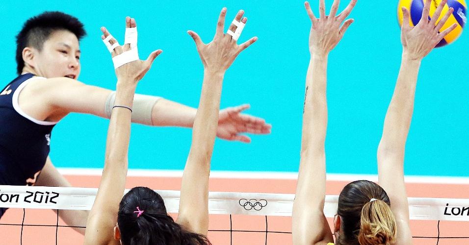 Bloqueio brasileiro sobe para parar ataque chinês em jogo do vôlei feminino