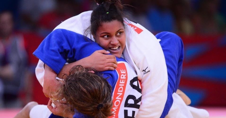 Brasileira Maria Suelen, de branco, derruba a francesa Anne-Sophie Mondiere durante sua vitória na estreia