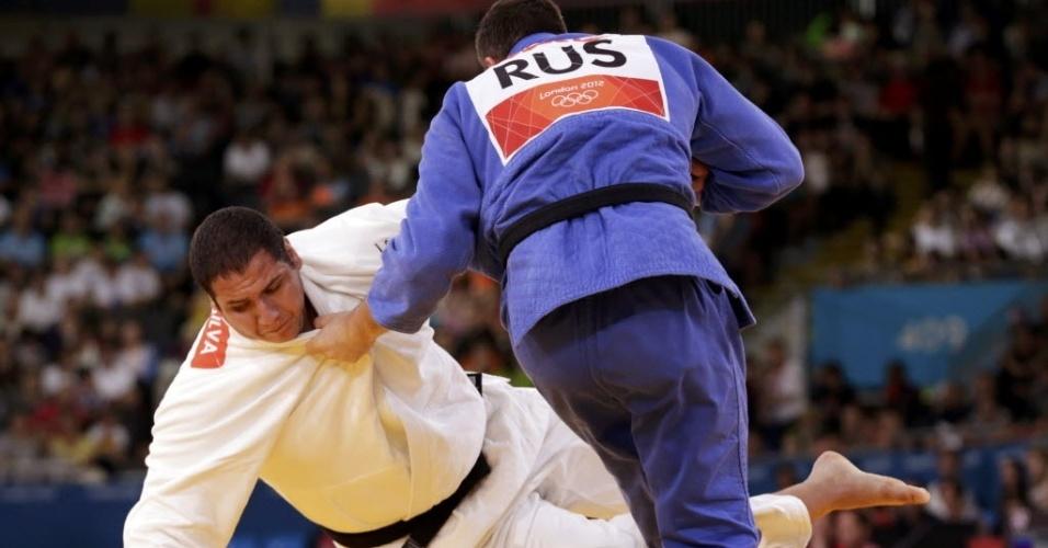 Brasileiro Rafael Silva é derrubado pelo russo Alexander Mikhaylin durante derrota nas quartas