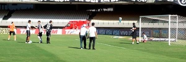Carlos Roney bate bola com o goleiro Rogério Ceni no estádio do Castelão, em Fortaleza