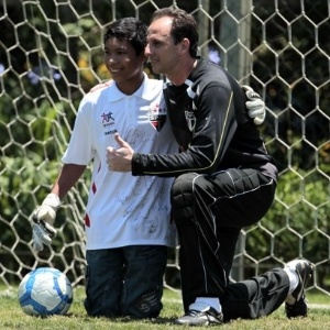 Carlos Roney e Rogério Ceni posam para foto no centro de treinamento do São Paulo