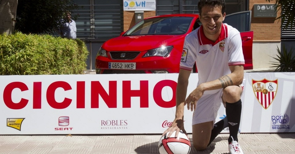 Cicinho, ex-Palmeiras,  apresentado oficialmente no Sevilla (03/08/2012)