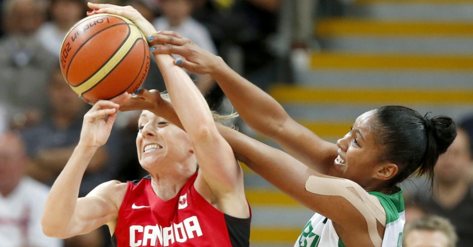Damiris luta pela posse da bola contra Lizianne Murphy, do Canadá