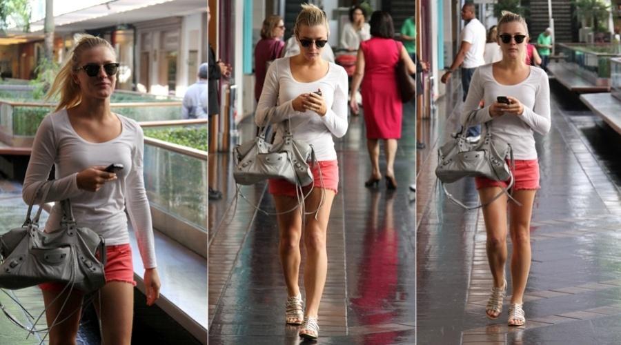 Fiorella Mattheis circulou por um shopping da zona sul do Rio (3/8/12). A atriz vestia um short curto e chegou a acenar para o paparazzo