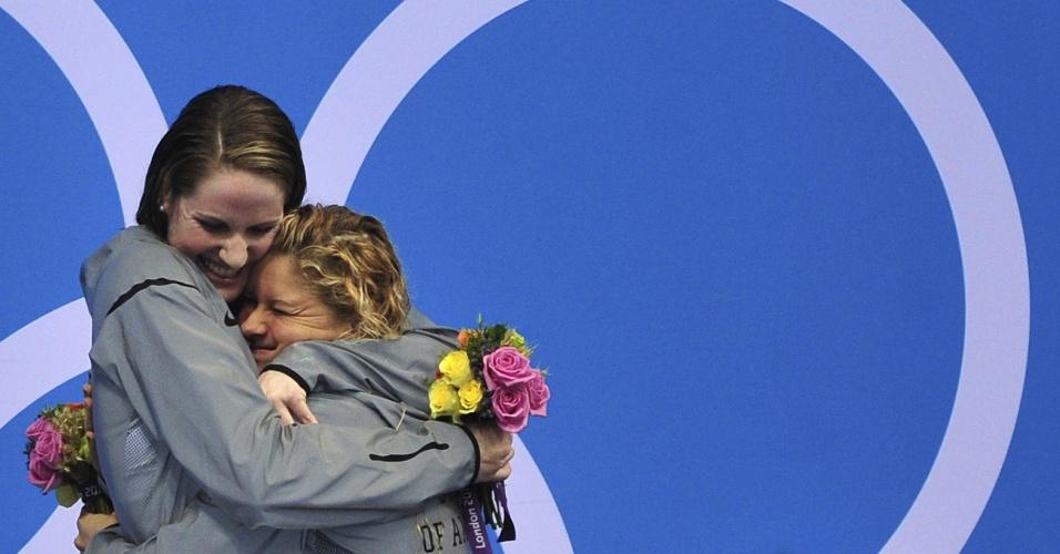 Franklin, medalha de ouro nos 200 m costas, recebe abraço da compatriota Eilzabeth Beisel, medalha de bronze