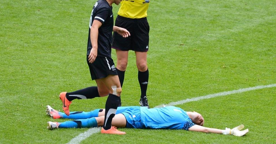 03.ago.2012 - Goleira da Nova Zelândia, Jenny Bindon, fica desacordada após choque com a atleta dos EUA, Alex Morgan