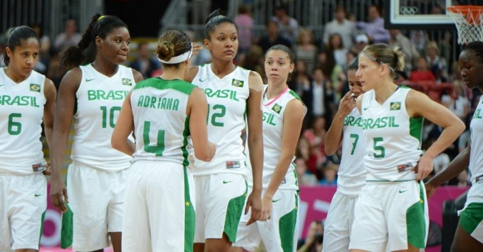 Jogadoras da seleção feminina de basquete se lamentam após a derrota para o Canadá