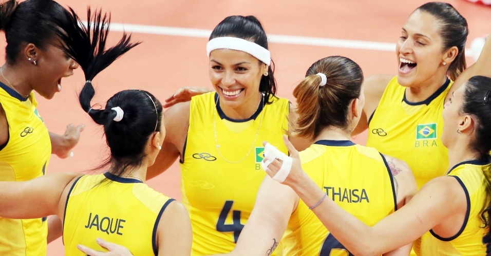Jogadoras do Brasil comemoram ponto na partida contra a China no v&#244;lei feminino