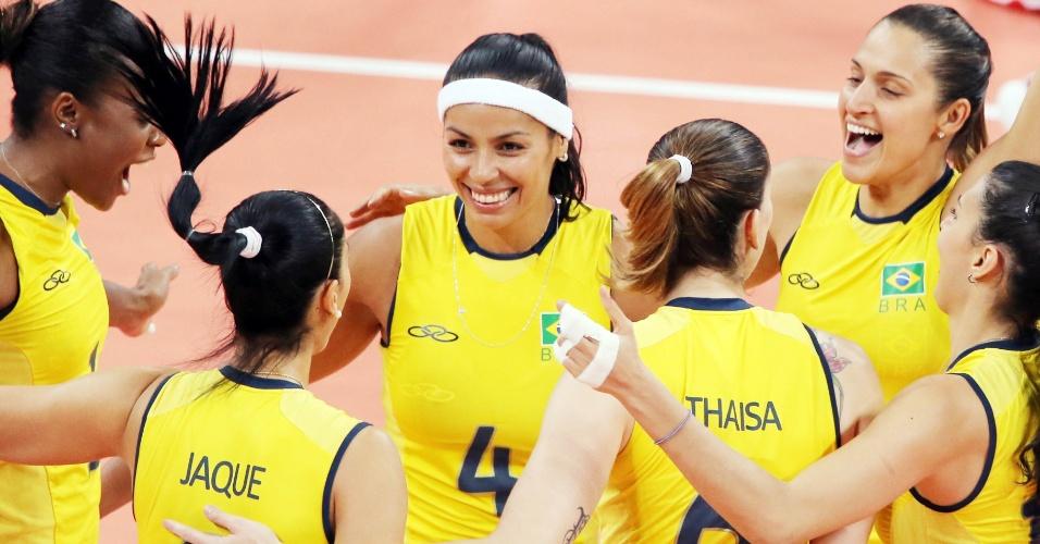Jogadoras do Brasil comemoram ponto na partida contra a China no vôlei feminino