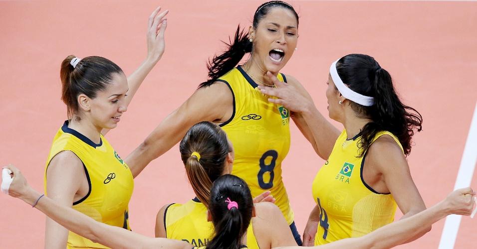 Jogadores da seleção brasileira comemoram vitória contra a China
