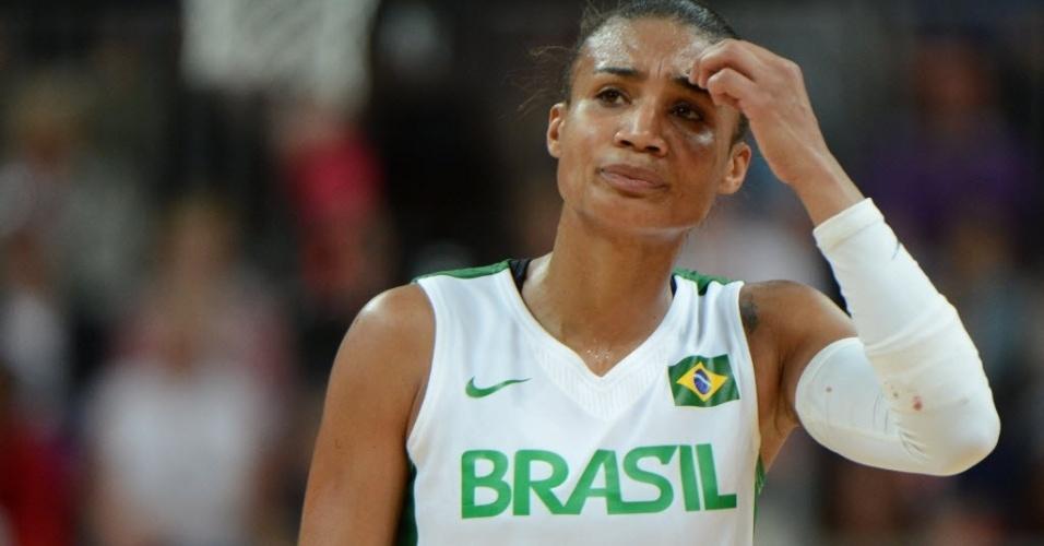 Joice, jogadora da seleção de basquete, deixa a quadra lamentando a derrota para o Canadá