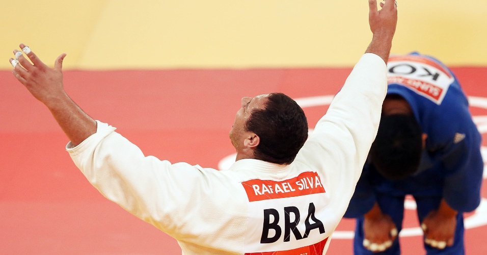 Judoca brasileiro comemora vit&#243;ria sobre o sul-coreano Kim Sung-Min, quando conquistou a medalha de bronze no jud&#244; na categoria acima de 100 kg
