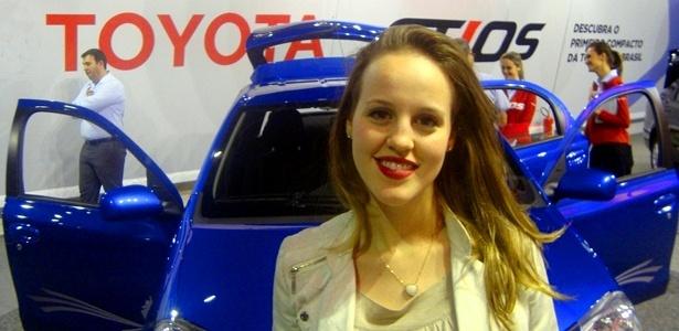 """Mariana Filleti, estudante de 20 anos, gostou do espaço interno do Etios e acha que o carro vai vender bem, mas não aprovou o desenho do modelo: """"é quadrado e tem muito jeito de popular"""""""