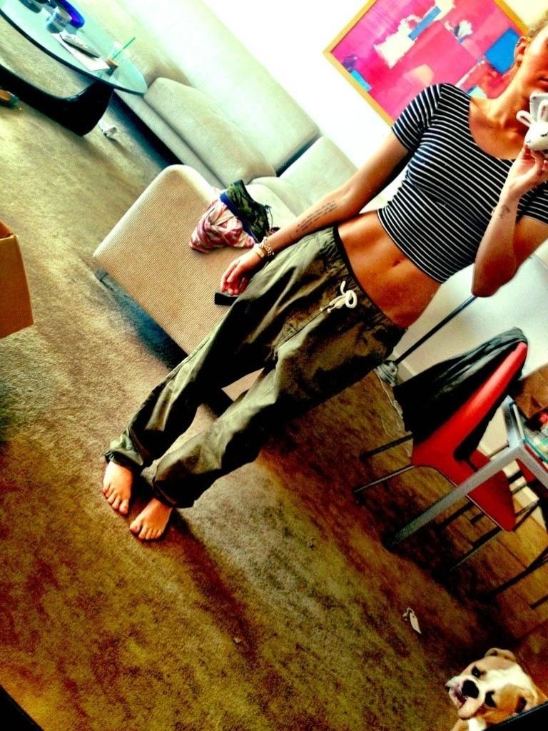 Miley Cyrus divulga imagem em que aparece com a barriga de fora (3/8/2012)
