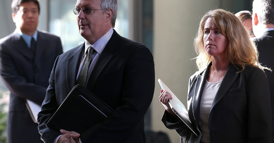 O conselheiro-geral da Apple, Bruce Sewell (esq.), se prepara para entrar na Corte Federal Robert F. Peckham.