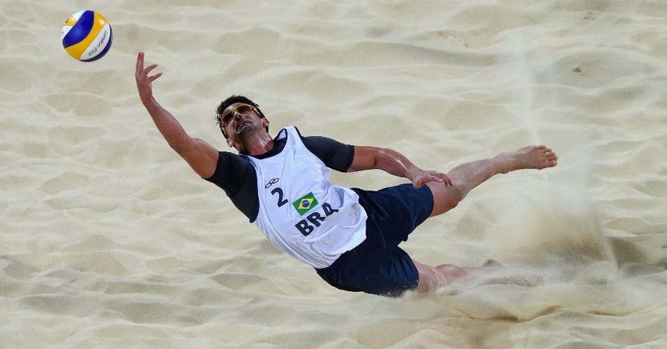 Pedro Cunha, dupla de Ricardo, salta para defender bola em partida contra dupla da Espanha pelas oitavas de final do vôlei de praia