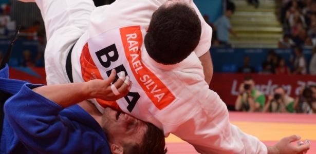 Rafael Silva cai sobre o lituano Marius Paskevicius durante sua vitória na segunda luta