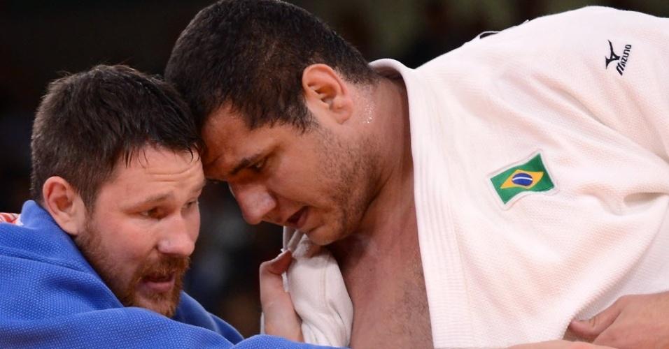 Rafael Silva, de branco, disputa pegada com o russo Alexander Mikhaylin durante derrota nas quartas