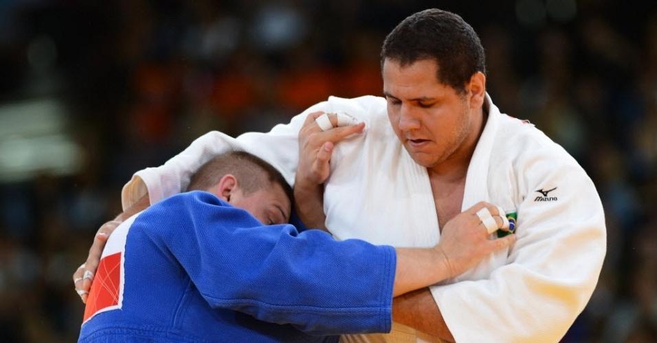 Rafael Silva tenta a pegada contra o islandês Thormoduz Jonsson durante vitória por ippon na estreia