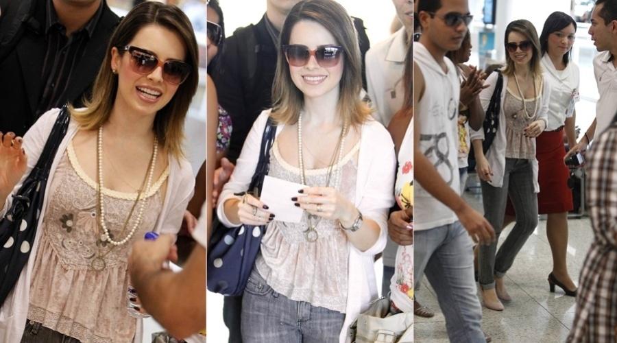 Sandy foi tietada por vários fãs no aeroporto Santos Dumont, centro do Rio (3/8/12)