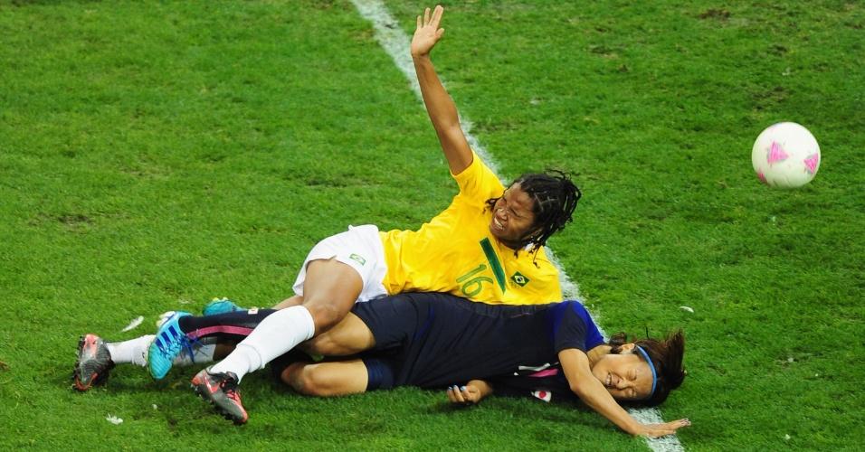Zagueira Bruna se choca com a japonesa Yuki Ogimi, durante partida das quartas de final do torneio feminino