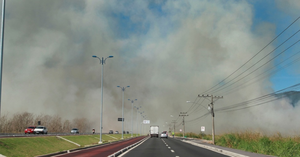 4.ago.2012 - Inc&#234;ndio nas proximidades da reserva militar da Marinha no Rio de Janeiro, na avenida das Am&#233;ricas (zona oeste), obrigou motoristas a reduzirem a velocidade para 10 km/h devido &#224; pouca visibilidade na tarde deste s&#225;bado (4)