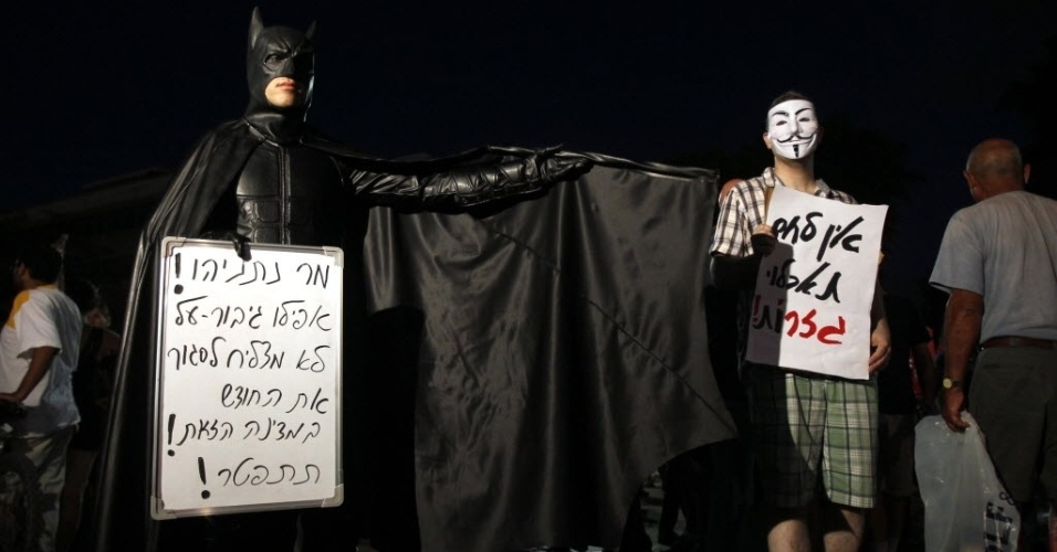 4.ago.2012 - Manifestante israelense vestido de Batman segura cartaz onde se l&#234;, em hebraico, &#34;Sr. Netanyahu! Nem um super-her&#243;i pode ganhar a vida neste pa&#237;s!&#34;, durante protesto em Tel Aviv contra o custo de vida no pa&#237;s
