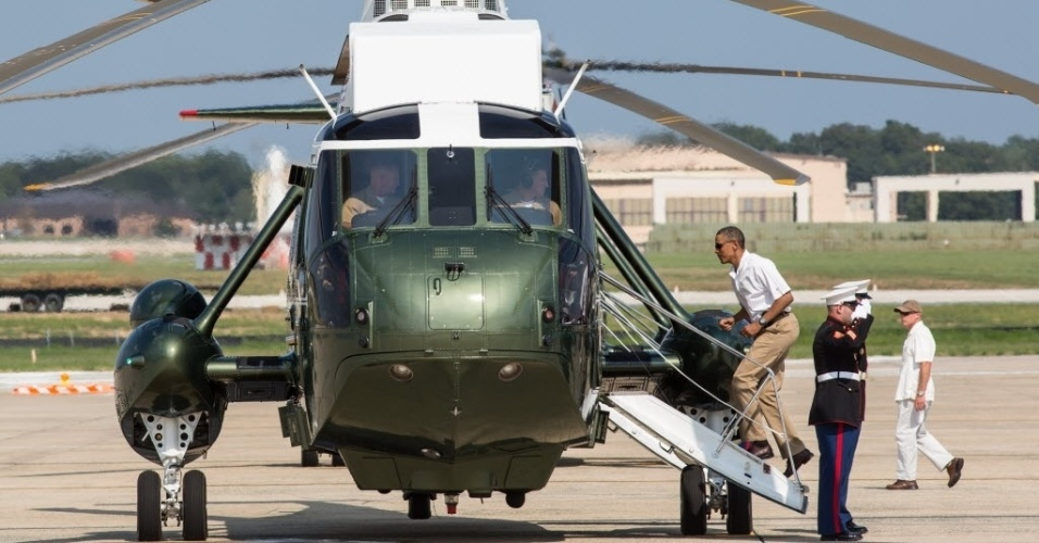 4.ago.2012 - O presidente dos EUA, Barack Obama, embarca em helic&#243;ptero em base militar. Obama, que completa 51 anos neste s&#225;bado (4), est&#225; passando o fim de semana na casa de campo em Camp David