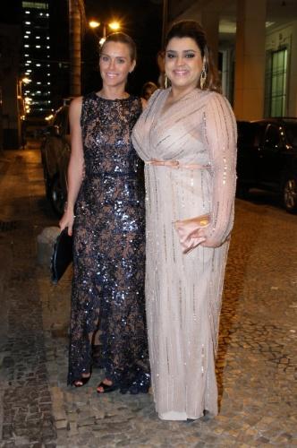 As amigas Carolina Dieckmann e Preta Gil prestigiaram o casamento do ator Marcelo Serrado (4/8/12)