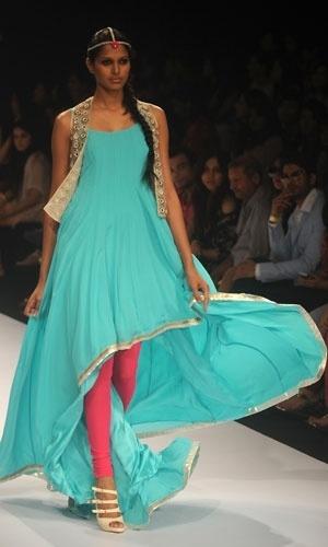 criação do estilista Pagal Singhal no primeiro dia da Lakmé Fashion Week