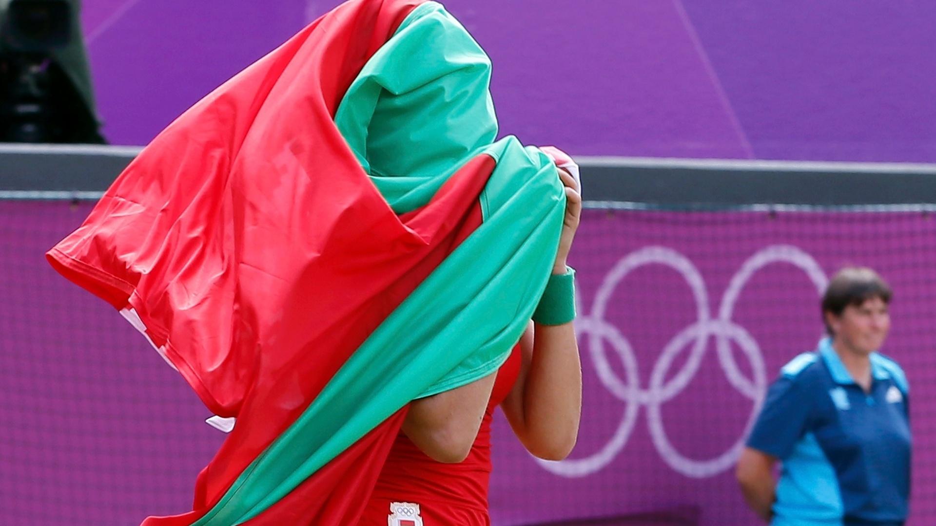 Enrolada na bandeira de Belarus, Victoria Azarenka comemora a vitória sobre Maria Kirilenko e a conquista da medalha de bronze no tênis olímpico (04/08/2012)