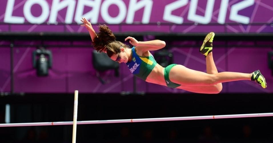 Fabiana Murer solta a vara durante tentativa de salto; brasileira ficou em 14º na eliminatória e não avançou à final