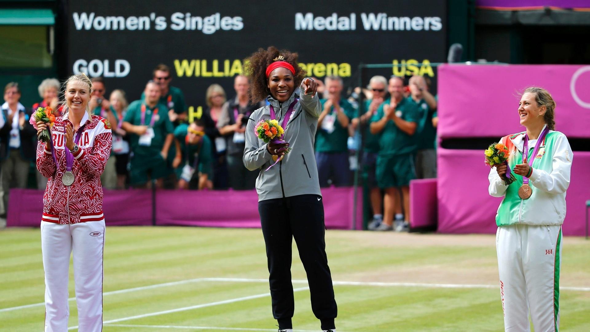 Maria Sharapova (e), Serena Williams (c) e Victoria Azarenka divertem-se no pódio durante a cerimônia de premiação do tênis em Londres (04/08/2012)