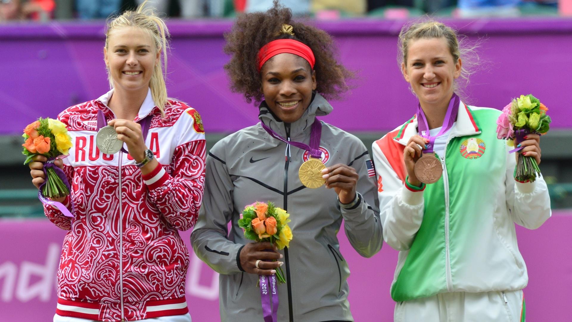 Maria Sharapova (e), Serena Williams (c) e Victoria Azarenka mostram as medalhas de prata, ouro e bronze conquistadas por elas no tênis olímpico (04/08/2012)