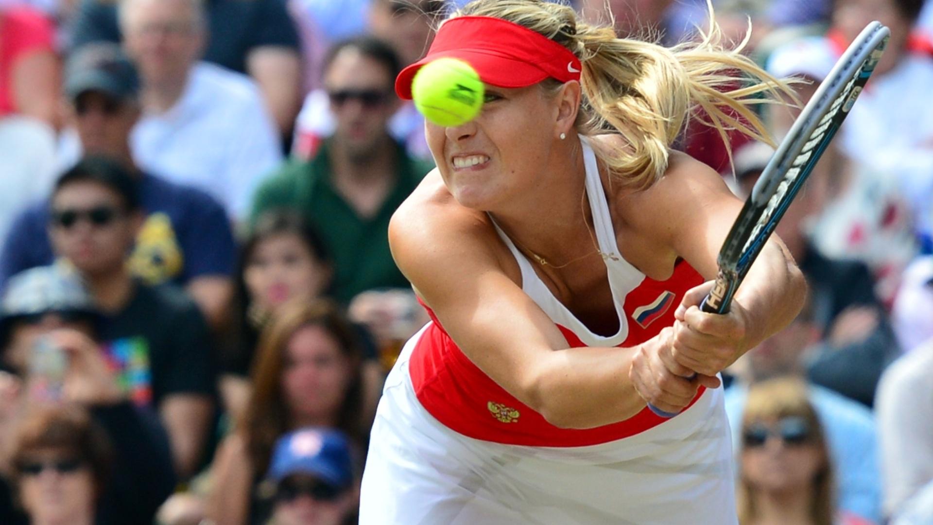Maria Sharapova se estica para alcançar uma bola de Serena Williams na final olímpica do tênis (04/08/2012)
