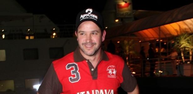 Murilo Benício comanda leilão de gado em um iate no Rio de Janeiro. Alguns colegas da novela