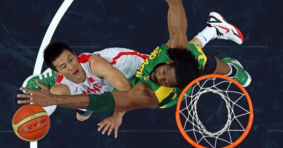 Nenê aplica toco em adversário chinês em jogo válido pela fase de grupos do basquete masculino