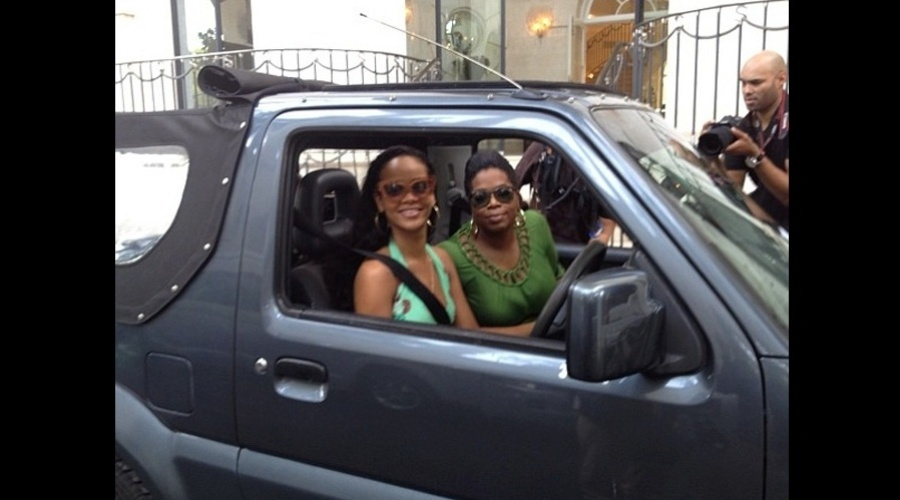 Rihanna e Oprah Winfrey fizeram um passeio de carro por Barbados, Caribe (4/8/12)