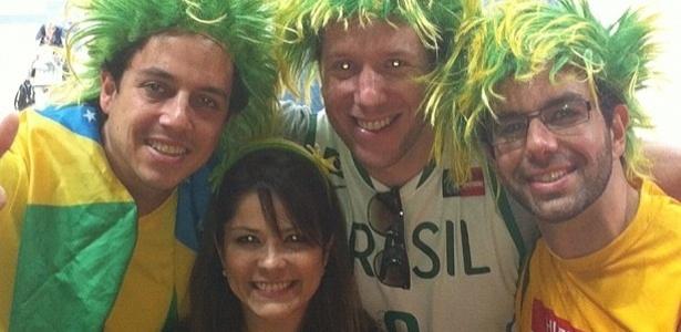 Samara Felippo publicou uma foto foto ao lado de torcida brasileira em Londres. A atriz assistiu o jogo do marido, Leandrinho do basquete. O Brasil ganhou da China por 98 a 59.
