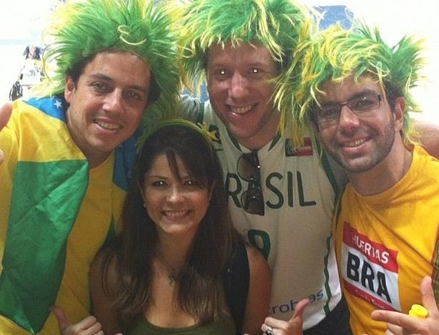 """Samara Felippo publicou uma foto foto ao lado de torcida brasileira em Londres. A atriz assistiu o jogo do marido, Leandrinho do basquete. O Brasil ganhou da China por 98 a 59. """"Amém!! Que assim seja sempre!! #unidosporumsonho #basquetemasculino #olimpíadas2012 #london #borabrasilll"""", escreveu"""