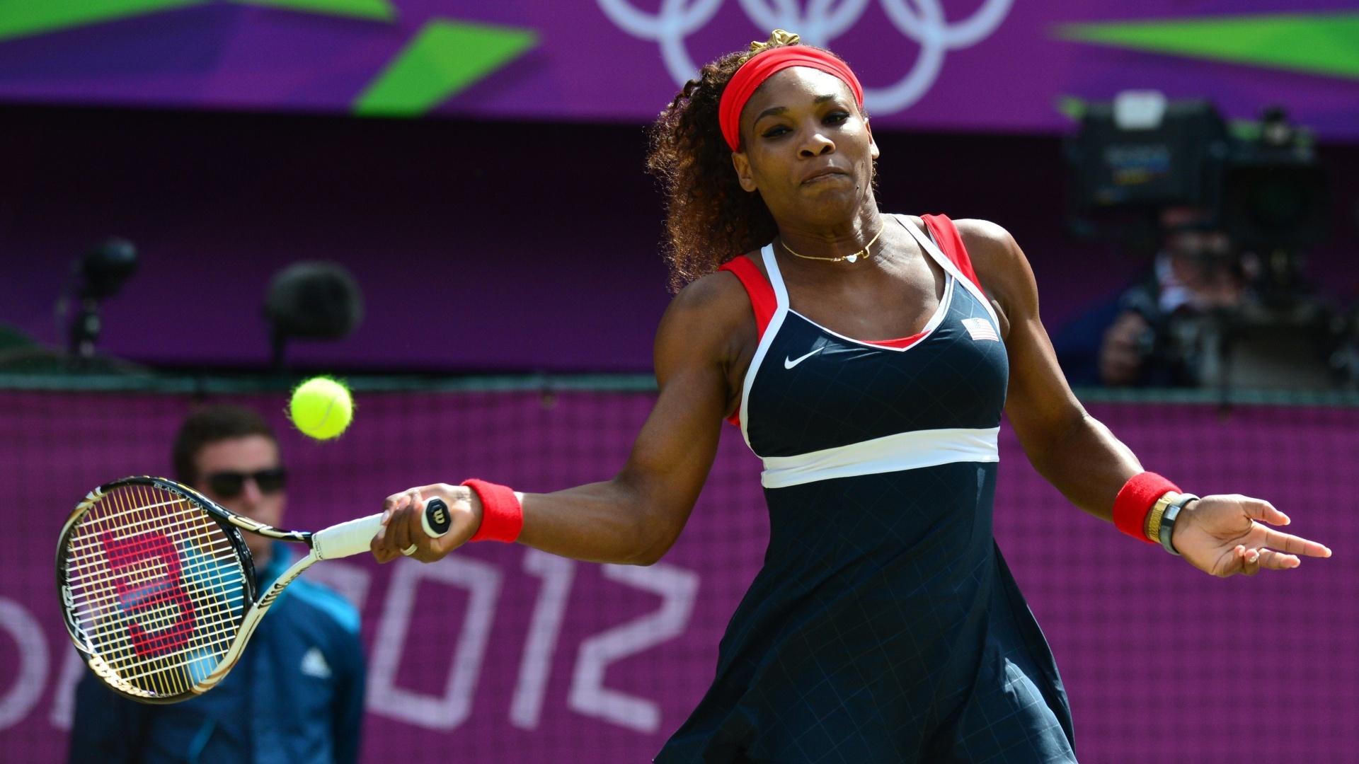 Serena Williams faz uma devolução em lance da final olímpica de tênis contra Maria Sharapova (04/08/2012)