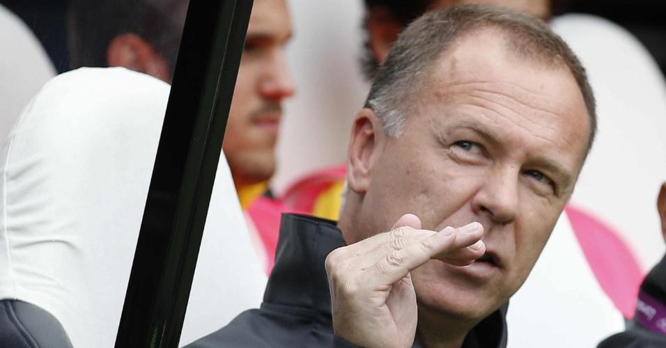 Técnico Mano Menezes gesticula durante a partida entre Brasil e Honduras