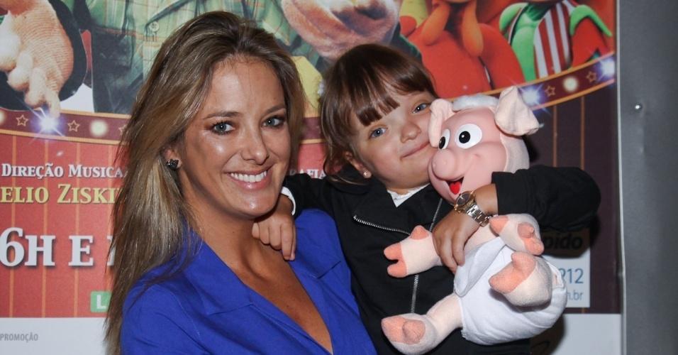 Ticiane Pinheiro levou a filha Rafaella para assistira a peça