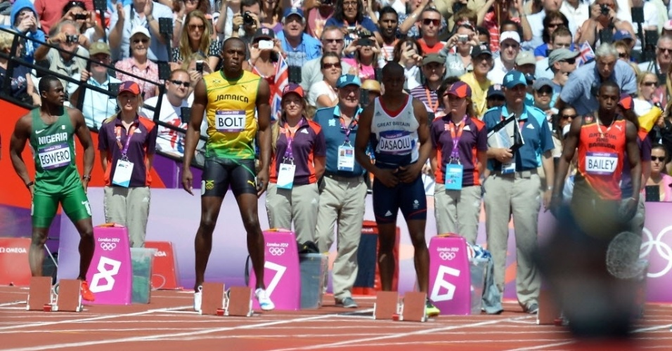 Usain Bolt se prepara antes de sua bateria nas eliminatórias dos 100 m rasos; jamaicano venceu com facilidade