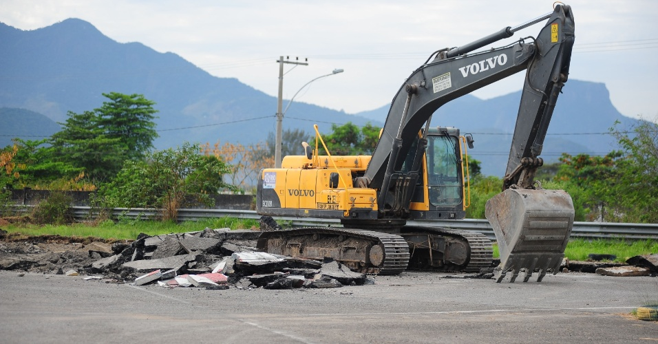 5ago2012---operarios-dao-inicio-a-demolicao-do-autodromo-internacional-nelson-piquet-no-rio-1344182303907_956x500.jpg