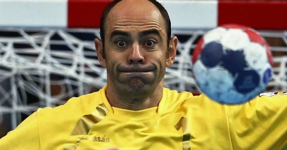 A careta do goleiro espanhol Jose Hombrados Ibanez é de assustar até a bola no duelo contra a Hungria pela chave masculina do handebol